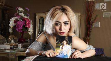 Mantan Istri Farhat Abas, Regina Andriane Saputri bespose sambil menunjukan foto di kediamannya di Bogor (12/7). Lama tak muncul, perempuan yang pernah menikah dengan Farhat Abbas itu kembali menarik perhatian. (Liputan6.com/Herman Zakharia)