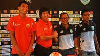 Aji Santoso dan M. Zein Alhadad bertemu lagi dalam kapasitas mereka sebagai pelatih Persela dan Persija. (Bola.com/Iwan Setiawan)