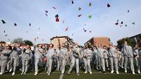 Para siswa SMA melempar pesawat-pesawatan kertas sebelum mengikuti ujian masuk perguruan tinggi di sebuah sekolah di Handan, Provinsi Hebei China utara (24/5). (AFP PHOTO/STR)