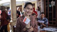 Penyanyi dangdut Ayu Ting Ting berpose memegang surat suara sbeelum mencoblos pada Pilkada Serentak 2018 di  TPS 5, Sukma Jaya, Depok, Rabu (27/6). Kota Depok bersiap menentukan gubernur Jawa Barat untuk 5 tahun mendatang. (Liputan6.com/Faizal Fanani)