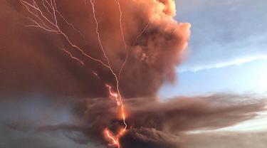 Ledakan Gunung Taal Volcano