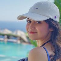 Keindahan Pulau Dewata membuat gadis berlesung pipi ini memilih Bali menjadi tempat liburannya. Gadis 19 tahun ini pun tampil santai dengan topi baseballnya  sembari menikmati pemandangan pantai di Kota Bali. (Liputan6.com/IG/syifahadjureal)
