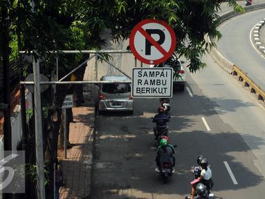 Rambu larangan berhenti terpampang di sisi Jalan Mampang Prapatan, Jakarta, Jumat (12/8). Rambu larangan parkir dan berhenti yang ada akan disesuaikan dengan Peraturan Menhub No 34 Tahun 2014 tentang Marka Jalan. (Liputan6.com/Helmi Fithriansyah)