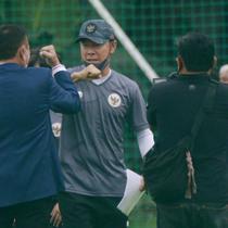 Pelatih timnas Indonesia, Shin Tae-yong, menyapa Ketua PSSI, Mochamad Iriawan, saat sesi latihan di Lapangan D Senayan, Jakarta, Rabu, (10/2/2021). Latihan tersebut untuk persiapan SEA Games 2021 di Vietnam. (Bola.com/M Iqbal Ichsan)