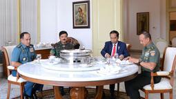 Presiden Joko Widodo (Jokowi) bersama Panglima TNI Marsekal TNI Hadi Tjahjanto (kedua kiri), KSAL Laksamana TNI Ade Supandi (kiri) dan KSAD Jenderal TNI Mulyono santap siang bersama di Ruang Keluarga Gedung Induk Istana BogorKamis (14/12). (dok. Setpres)