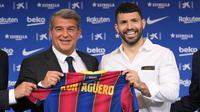 Sergio Aguero (kanan) berpose dengan presiden FC Barcelona Joan Laporta selama presentasi resminya sebagai pemain baru FC Barcelona di stadion Camp Nou, Barcelona (31/05/2021). Merka telah menandatangani kontrak hingga tahun 2023 dengan klausal pembelian 100 juta Euro. (Foto: AFP/Lluis Gene)