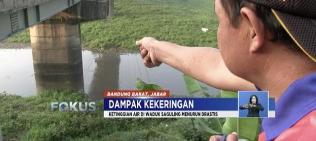 Warga Bandung Barat manfaatkan danau yang mengering akibat kekeringan untuk bercocok tanam.
