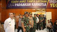 Panglima TNI dan Kapolri meninjau posko relawan karhutla yang dibuat Polda Riau di Pekanbaru. (Liputan6.com/M Syukur)