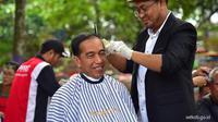 Kang Herman Grogi Tapi Bangga Saat Cukur Rambut Jokowi 556f9eb3a4