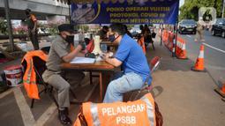 Petugas saat melakukan operasi yustisi protokol kesehatan untuk meningkatkan kesadaran dan kedisiplinan warga di Lebek Bulus, Jakarta, Senin (14/9/2020). Pemprov DKI memperketat kembali PSBB karena kasus Covid-19 mengalami peningkatan. (merdeka.com/Dwi Narwoko)