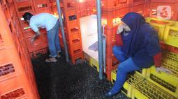 Pegawai mengambil wudhu di musala yang terbuat dari krat minuman botol di Kebunide, Bintaro, Tangsel, Banten, Jumat (24/1/2020). Musala yang baru dua bulan dibangun terbuat dari sekitar 800 krat minuman botol  ini didasari pada ide memanfaatkan barang-barang bekas. (merdeka.com/Arie Basuki)