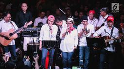 Menteri yang tergabung band Elek Yo Band tampil pada acara malam amal penggalangan dana untuk korban gempa Lombok di Jakarta, Kamis (9/8). Mereka diantaranya Menkeu, Menhub, Menaker, Menlu, Kepala Bekraf dan Menteri PUPR. (Liputan6.com/Faizal Fanani)