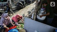 Warga menyiapkan bahan makanan untuk dibagikan di zona merah covid-19 Kelurahan Petogogan RT 006 RW 003, Jakarta, Selasa (22/6/2021). Dapur umum itu menyuplai kebutuhan makanan berat serta minuman untuk warga yang menjalani isolasi dan terdampak akibat COVID-19. (Liputann6.com/Faizal Fanani)