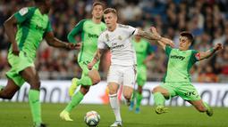Gelandang Real Madrid, Toni Kroos  mencoba menghindari hadangan pemain Leganes pada pekan ke-11 La Liga 2019-2020 di Santiago Bernabeu,, Rabu (30/10/2019). Real Madrid tanpa ampun menghajar tamunya Leganes, 5-0. (AP/Bernat Armangue)