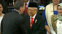 Wakil Presiden Republik Rakyat Tiongkok Wang Qishan menyalami Ma'ruf Amin (Liputan6.com)