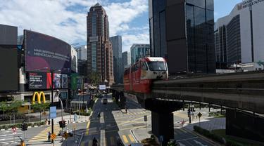 Sebuah monorel bergerak melalui distrik perbelanjaan kosong di pusat kota Kuala Lumpur, Malaysia, Senin, (4/5/2020). Banyak sektor bisnis dibuka kembali pada Senin di beberapa bagian Malaysia sejak penguncian sebagian virus dimulai 18 Maret. (AP/Vincent Thian)