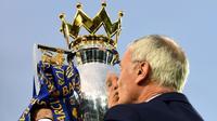 Claudio Ranieri saat mencium trofi Premier League setelah mengantarkan Leicester City juara pada musim 2015-2016. (Daily Mail).