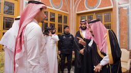 Raja Arab Saudi Salman bin Abdulaziz al-Saud (kanan) dan Putra Mahkota Mohammed bin Salman (kedua kanan) bertemu dengan anggota keluarga dari jurnalis yang terbunuh, Jamal Khashoggi, di Istana Kerajaan Saudi di Riyadh, Selasa (23/10). (Handout/SPA/AFP)