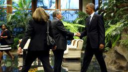 Presiden Kuba Raul Castro (tengah) menyambut kedatangan Presiden AS Barack Obama di Istana Revolusi, Havana, Senin (21/3). Obama menjadi presiden pertama AS yang berkunjung ke negara komunis itu sejak 88 tahun terakhir. (REUTERS/ Jonathan Ernst)