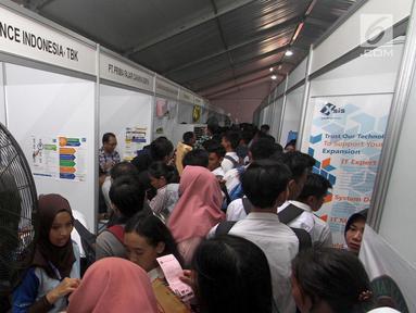 """Sejumlah calon pelamar kerja mencari informasi di salah satu stand """"Job Fair Tangsel 2018"""" di BSD, Kamis  (19/7). Job Fair ini diselengarakan Dinas Ketenagakerjaan (Disnaker) pemerintah kota Tangerang Selatan (Tangsel). (Merdeka.com/Arie Basuki)"""