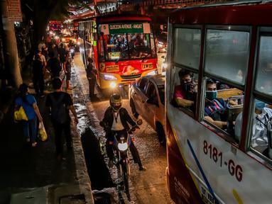 Kepadatan lalu lintas terlihat di Manila, Filipina (3/8/2020). Kemacetan terjadi ketika orang-orang bergegas keluar dari Metro Manila beberapa jam sebelum pemerintah memberlakukan aturan karantina wilayah (lockdown) yang lebih ketat di kawasan itu akibat lonjakan kasus penyakit coronavirus (COVID-19