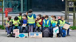Pelajar Belgia beristirahat saat menggelar unjuk rasa masalah perubahan iklim di kantor Uni Eropa, Brussels, Belgia, Kamis (21/2). Pelajar Belgia bolos setiap Kamis untuk terus menyuarakan masalah perubahan iklim. (Liputan6.com/HO/Arie Asona)