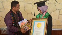 Rafidah Helmi mendapat penghargaan khusus pendidikan yang diberikan oleh Lembaga Prestasi Indonesia di Kampung Semarang, (21/4). Hijabers kelahiran 31 Juli 1998 itu berhasil menyandang gelar dokter muda di Fakultas Kedokteran Unissula Semarang. (Gholib)