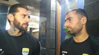 Pemain asing Persib Bandung, Bojan Malisic (kanan). (Bola.com/Erwin Snaz)