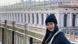 Mempunyai segudang aktivitas, wanita berambut panjang ini terlihat sangat menikmati momen liburannya di Italia. Ia pun tampil stylish saat mengunjungi Basilika Santo Markus, gereja legendaris di Italia. (Liputan6.com/IG/natashawilona12)