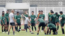 Pemain Timnas Indonesia U-22 saat latihan di Stadion Madya, Senayan, Jakarta, Senin (21/1). Latihan kali ini tidak dipimpin Indra Sjafri karena sedang mengikuti lisensi kepelatihan Pro AFC di Spanyol. (Bola.com/M Iqbal Ichsan)