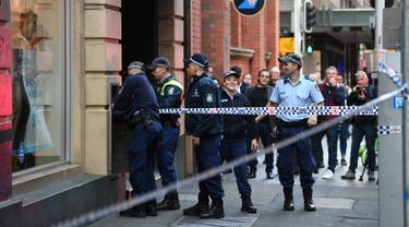 Polisi menyelidiki daerah di sekitar lokasi kejadian setelah seorang pria menikam seorang wanita dan berusaha menikam orang lain di pusat kota Sydney (13/8/2019). Pelaku penikaman berhasil ditangkap polisi setelah sejumlah warga melawan . (AFP Photo/Saeed Khan)