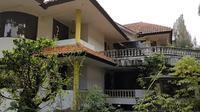 Penampakan rumah kosong di Bandung yang ditinggal pemiliknya selama 20 tahun. (YouTube/Sang penjelajah Amatir)