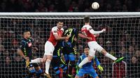 Duel udara terjadi pada laga Arsenal vs Napoli pada leg 1, babak perempat final Liga Europa yang berlangsung di Stadion Emirates, London, Jumat (12/4). Arsenal menang 2-0 atas Napoli. (AFP/Ben Stansall)