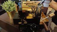 Mesin sangrai kopi WE X Suji Mini Roaster 100 dilelang untuk membantu pendirian sekolah teknisi mesin kopi. (Liputan6.com/Huyogo Simbolon)