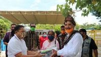 Foto : Wali Kota Kupang, Jefri Riwu Kore saat menyerahkan bantuan sosial bagi warga terdampak covid-19 (Liputan6.com/Ola Keda)