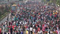 Ribuan warga melakukan olah raga saat Car Free Day di Bundaran HI, Jakarta,  Minggu (4/10/2015). Minggu pertama CFD di awal bulan ini dimanfaatkan warga Jakarta maupun dari luar Jakarta untuk berolah raga.(Liputan6.com/Angga Yuniar)