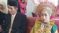 Gadis belia yang dipinang pria berusia 58 tahun itu masih berusia 17 tahun. Sebelum menikah, mereka sempat berpacaran setahun. (Liputan6.com/Fauzan)