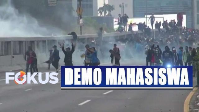Mereka bentrok dengan aparat kepolisian yang berjaga.