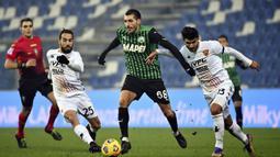 Gelandang Sassuolo, Mehdi Bourabia (tengah) dikawal dua pemain Benevento, Marco Sau (kiri) dan Alessandro Tuia, dalam laga lanjutan Liga Italia Serie A 2020/21 pekan ke-11 di Mapei Stadium, Jumat (11/12/2020). Sassuolo mengalahkan Benevento 1-0. (LaPresse via AP/Massimo Paolone)