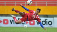Samsul Arif saat masih berlatih bersama Arema pada musim 2015. (Bola.com/Iwan Setiawan)