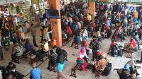 Sejumlah pemudik memulai memadati terminal bus Kampung Rambutan, Jakarta, Minggu (10/6). Puncak mudik di Kampung Rambutan diprediksi pada Selasa, 12 Juni 2018 (H-3 Lebaran) bertepatan dengan liburnya semua aktivitas buruh. (Merdeka.com/Arie Basuki)