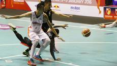 Pemain Hangtuah, Richardo Uneputty terjatuh saat berebut bola dengan pemain Garuda Bandung, Falconi pada lanjutan IBL Reguler Season 2015-2016 di Hall A Senayan, Jakarta, Selasa (12/1/2016). Garuda Bandung menang 67-62. (Bola.com/Nicklas Hanoatubun)