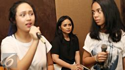 Gita Gutawa berlatih bersama penyanyi dalam persiapan konser bertajuk 'Di Atas Rata-rata (DARR): Bikin Konser', Jakarta, Kamis (24/3). Gita Rencananya akan menggelar konser di Ciputra Artpreneur pada 2 April mendatang. (Liputan6.com/Immanuel Antonius)