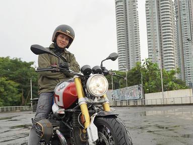 Presenter asal Malang, Andhika Pratama diketahui sebelumnya memiliki motor. Namun pada waktu itu Ussy Sulistiawaty berat hati saat sang suami ingin beli motor. Meski harus melewati drama panjang, Ussy pun mengijinkan. (Liputan6.com/IG/ussypratama)