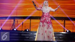 Aksi panggung diva Malaysia Siti Nurhaliza saat tampil pada Konser Raya 21 Tahun Indosiar, Istora Senayan, Jakarta (11/1/2016). Siti langsung menyapa penonton lewat lagu bernuansa melayu berjudul Nirmala. (Liputan6.com/Gempur M Surya)