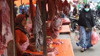 Pedagang menunggu pembeli daging kerbau dan sapi di Pasar Ciledug, Tangerang, Rabu (13/6). Dua hari menjelang Lebaran, pedagang daging musiman menjamur dengan menggelar dagangan di pinggir-pingir jalan. (Liputan6.com/Angga Yuniar)