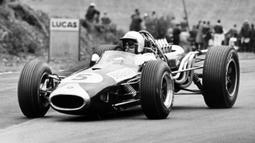 Jack Brabham adalah salah satu pembalap terbaik di dunia. ia dapat memecahkan rekor dunia kala itu, ketika dirinya menjadi seorang juara dunia di tahun 1966 dengan tim pribadi miliknya. Sampai saat ini, rekor Jack Brabham belum terpecahkan. (Foto: AFP/Central Press Photo Ltd)