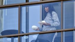 Petenis Amerika Serikat, Venus Williams, membawa minuman saat bersantai di balkon hotel di Adelaide, Australia, Jumat (22/1/2021). Venus Williams melakukan karantina selama dua minggu sebelum mengikuti ajang Australia Terbuka 2021. (AFP/Brenton Edwards)