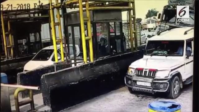 Sebuah truk pengangkut bir alami kecelakaan di India, sehingga menyebabkan hujan bir.