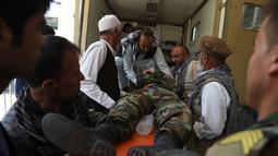 Seorang pria Afghanistan yang terluka dipindahkan ke ambulans di rumah sakit Wazir Akbar Khan setelah serangan bom mobil di Kabul (1/7/2019). Seorang pejabat polisi di daerah serangan itu, mengatakan sebuah bom mobil meledak di luar gedung kementerian pertahanan Afghanistan. (AFP Photo/STR)
